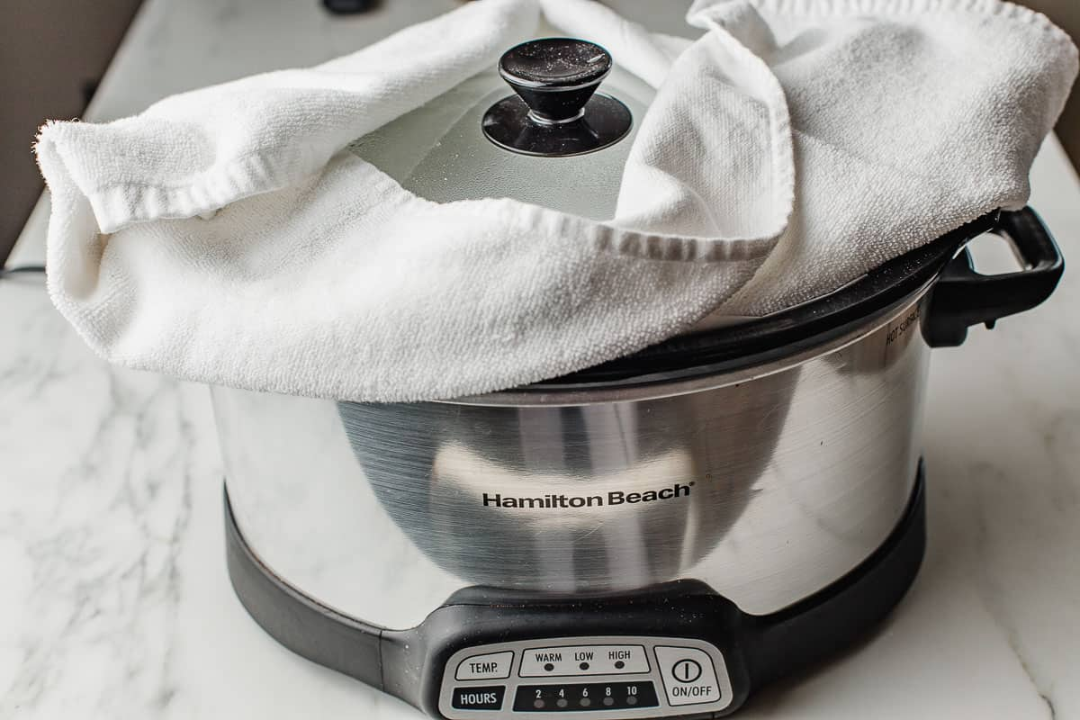 A towel placed under the lid of the slow cooker.